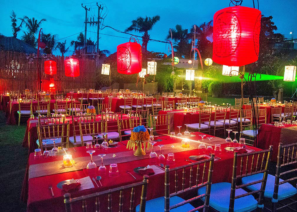 set up table gold - red